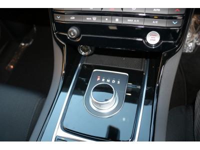 XE 2.0リッター I4 200 ターボチャージドエンジン (ガソリン) PURE サルーン