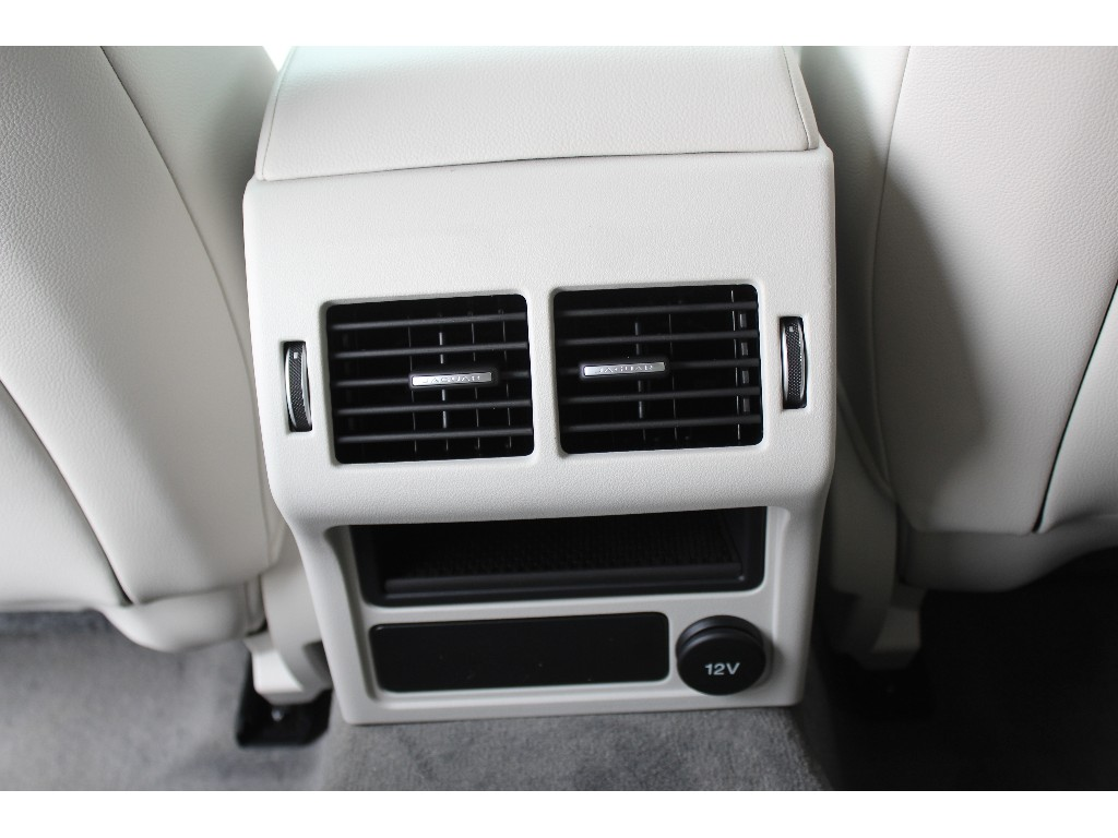 XF 2.0リッター I4 200 ターボチャージドエンジン (ガソリン) AUTO PURE サルーン